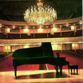 </p> <h4>Lezioni e Masterclass a cura dei più grandi pianisti italiani. L'alta formazione apre le porte ai pianisti amatori! Un corso innovativo e ricco di contenuti, che accompagna il pianista amatore passo dopo passo, a perfezionare un repertorio per piano solo, 4 mani, 2 pianoforti. Leggi la scheda dettagliata del corso.</h4> <p>
